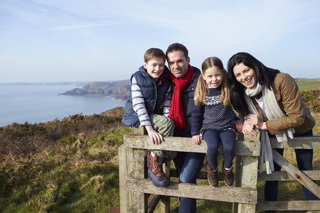海岸のパスに沿って歩く家族の肖像画 写真素材