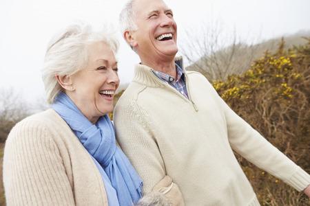 jubilados: Pares mayores que recorren a través de Invierno Campo Foto de archivo