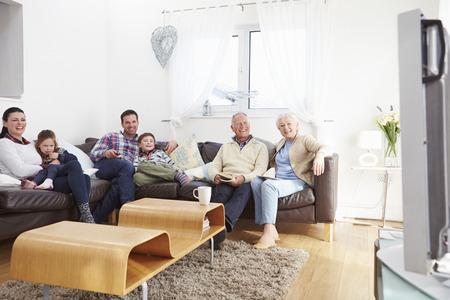 多世代家族一緒にテレビを見て 写真素材