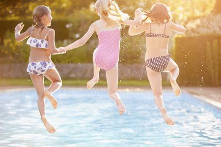 niños nadando: Grupo de muchachas que jugarán en Piscina al aire libre