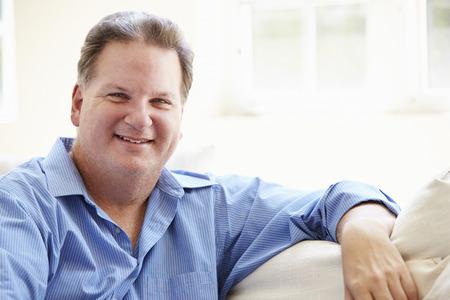 gente feliz: Retrato De Hombre Gordo sienta en el sof� Foto de archivo