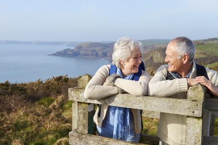 jubilados: Pares mayores que recorren a lo largo camino costero Foto de archivo