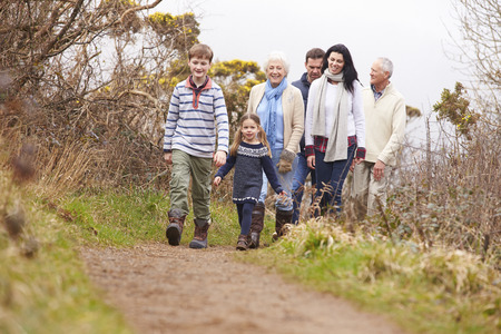 persona caminando: Familia Generaci�n Multi En Campo Caminata