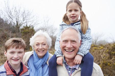 Abuelos con los nietos en caminata en Campo
