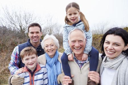 Portret van een multi-generatie familie op het platteland Walk