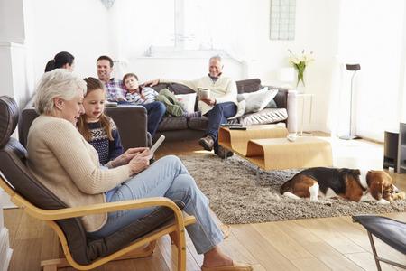 Multi-generatie familie thuis samen ontspant