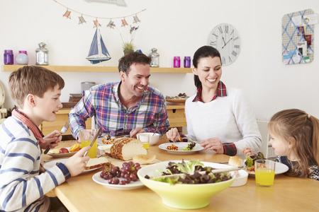 가족 식탁에서 점심을 먹고