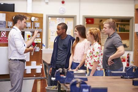 Profesor de ayuda a la formación de estudiantes que ser electricistas Foto de archivo - 85697457