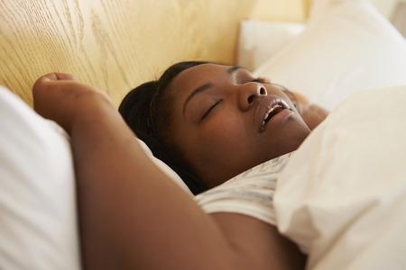 femme bouche ouverte: Femme surpoids endormi dans son lit ronflement Banque d'images