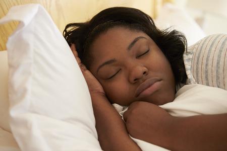 obeso: Mujer gorda dormida en la cama Foto de archivo