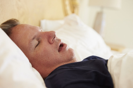 dormir: Hombre gordo Dormido En El ronquido Cama