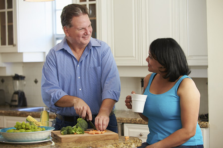 obeso: Pareja Sobrepeso En Dieta prepara vehículos en cocina