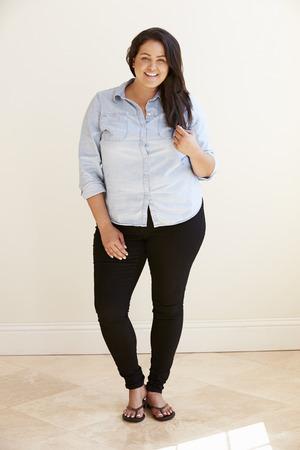 Studio Portrait Of Smiling Overweight Woman Stockfoto