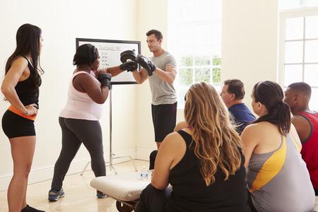 太りすぎの人々 のための演習授業でフィットネスインス トラクター