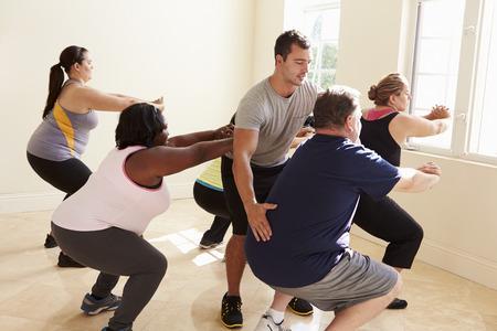 obesidad: Fitness Instructor En Clase de ejercicio para personas con sobrepeso