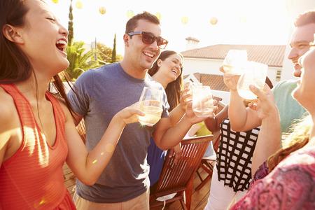 riendo: Grupo de gente joven que disfruta de verano de comidas al aire libre