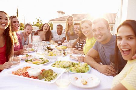 Groupe de jeunes profitant extérieure Été Repas