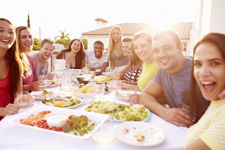 hombre comiendo: Grupo de gente joven que disfruta de verano de comidas al aire libre