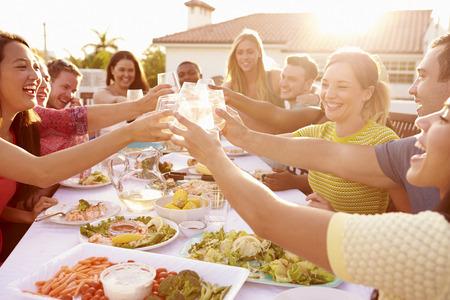 al aire libre: Grupo de gente joven que disfruta de verano de comidas al aire libre