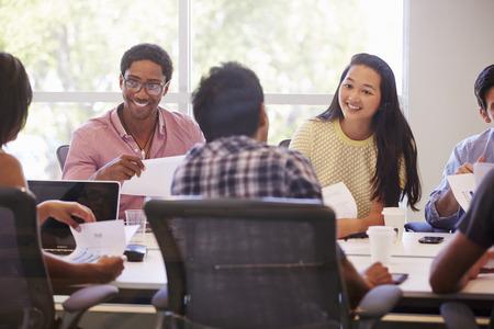 reunion de trabajo: Reuni�n Dise�adores para discutir nuevas ideas