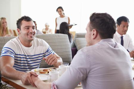 hombres gays: Hombres Parejas gozan del desayuno en el hotel Restaurante
