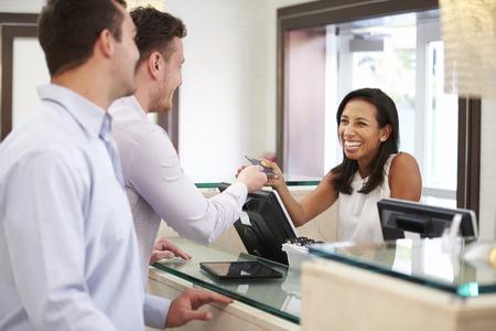 recepcion: Hombres Parejas de registrarse en Hotel Recepci�n