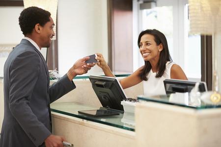 personas saludandose: Empresario registrarse en Hotel Recepción Recepción Foto de archivo