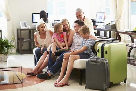 멀티 세대 가족 호텔 로비에 도착