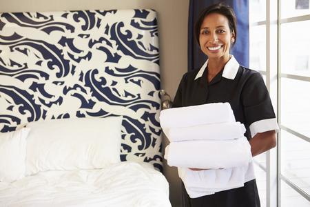 orden y limpieza: Retrato de la criada ordenar Cuarto de Hotel
