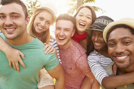 riendo: Grupo de amigos que se divierten en parque Juntos Foto de archivo