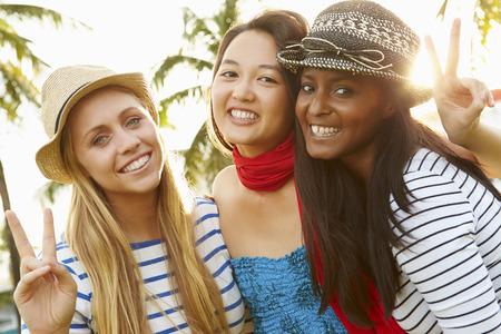 Groep Van Vrouwelijke Vrienden die Pret in Park Samen
