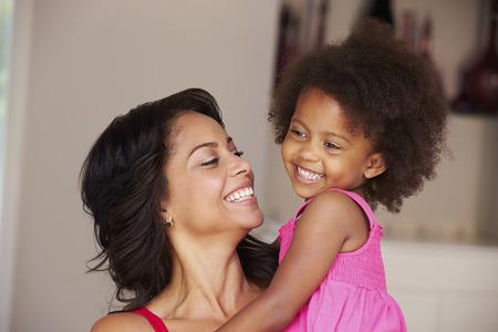 Moeder Knuffelende dochter thuis Stockfoto