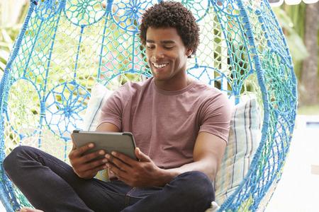 swing seat: Man On Outdoor Garden Seat Swing con tavoletta digitale