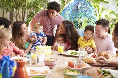 padres hablando con hijos: Grupo de Familias Celebraci�n del cumplea�os del ni�o en el hogar Foto de archivo