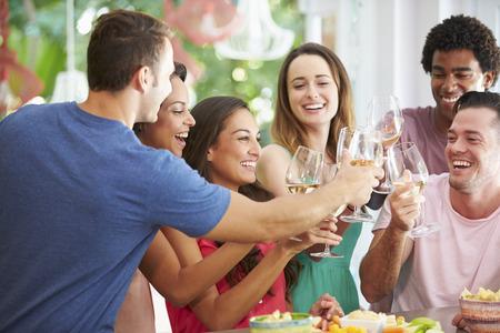 bebiendo vino: Grupo de amigos que disfrutan de bebidas fiesta en casa