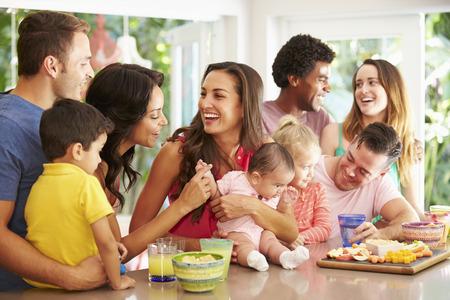 fiesta familiar: Grupo de familias que disfrutan de refrigerios en casa