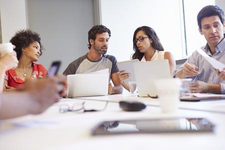 デザイナーの新しいアイデアを議論する会議