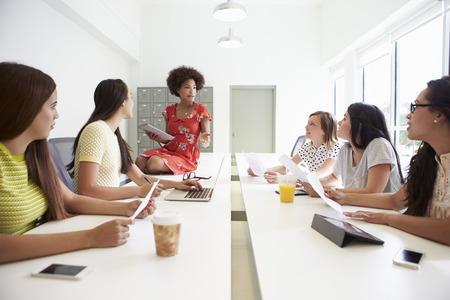 Skupina žen, které pracují společně v Design Studio Reklamní fotografie
