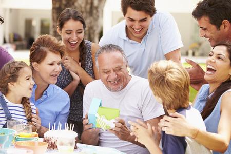 fiesta familiar: Multi generacional Celebrando Cumplea�os En Jard�n