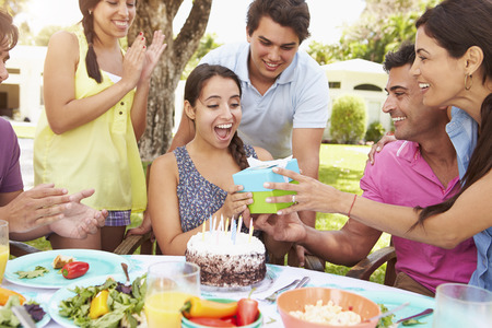 joyeux anniversaire: Groupe d'amis Celebrating birthday At Home
