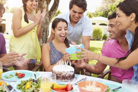 compleanno: Gruppo di amici che celebrano compleanno a casa