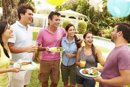 Groep Vrienden die partij in de achtertuin van At Home