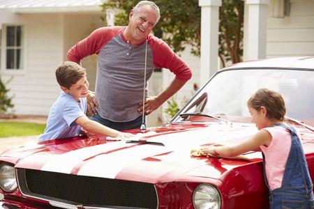 Dědeček s vnoučaty Čištění Obnoveno Classic Car