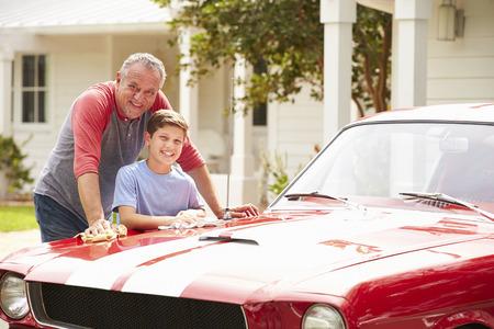祖父と孫のクリーニング復元古典的な車