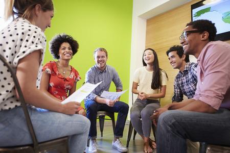 reunion de personas: Grupo de Dise�adores reuni�n para discutir nuevas ideas