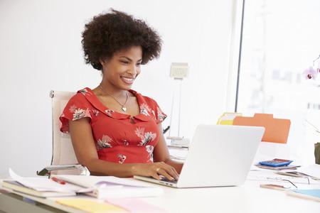 trabajando: Mujer Que Trabaja En Design Studio que almuerzan en el Escritorio