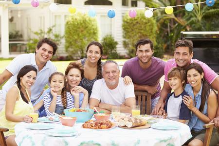 多世代家族の庭での食事を一緒に楽しんで