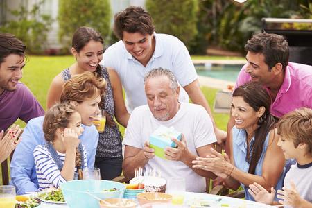 多世代家族の庭で誕生日を祝う