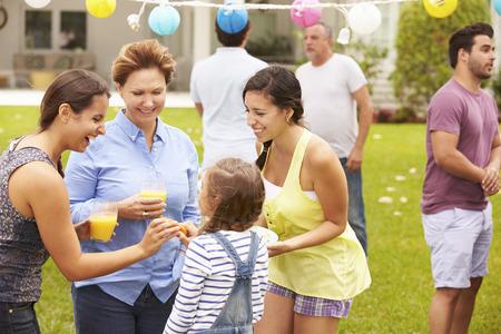 fiesta familiar: Multi generacional Partido Disfrutando en jardín junto