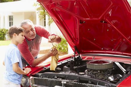 внук: Дед и внук, работающий на восстановленном классическом автомобиле